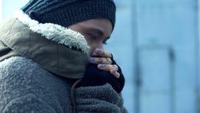 Φτωχή γυναίκα στα βρώμικα ενδύματα που αισθάνεται τον κρύο, άστεγο τρόπο ζωής, απόγνωση στοκ φωτογραφία με δικαίωμα ελεύθερης χρήσης