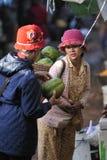 Φτωχή γυναίκα της Ασίας αγοράς τροφίμων στοκ φωτογραφία