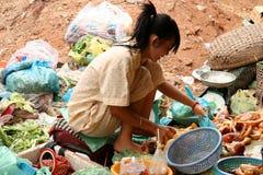 φτωχή πώληση κοριτσιών τροφίμων στοκ φωτογραφία με δικαίωμα ελεύθερης χρήσης