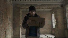 Φτωχοί βρώμικοι άστεγοι με την επιτραπέζια ` βοήθεια ` απόθεμα βίντεο