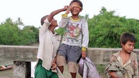 Φτωχοί και τα ακτένιστα παιδιά απόθεμα βίντεο