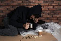 Φτωχός άνθρωπος με το κομμάτι του ψωμιού και της κούπας στοκ εικόνες