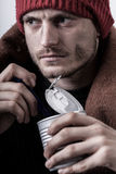 Φτωχός άνθρωπος που τρώει την κονσέρβα Στοκ Εικόνες