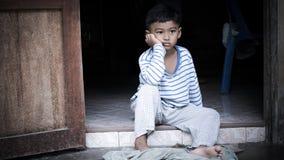 Φτωχός ασιατικός λυπημένος μόνος αγοριών στοκ φωτογραφία με δικαίωμα ελεύθερης χρήσης