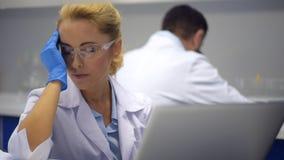 Φτωχός θηλυκός ερευνητής που αγωνίζεται με τον αυστηρό πονοκέφαλο στην εργασία φιλμ μικρού μήκους