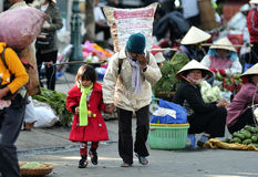 Φτωχός οδοκαθαριστής ragpicker με το παιδί της στοκ εικόνες