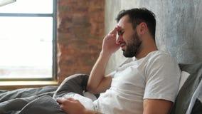 Φτωχός χιλιετής τύπος που αγωνίζεται με τον αυστηρό πονοκέφαλο απόθεμα βίντεο