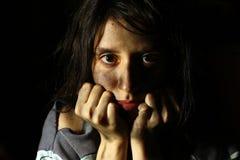 Φτωχό βρώμικο κορίτσι που εξετάζει τη κάμερα Στοκ Εικόνες