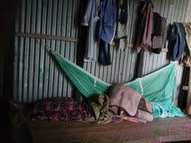Φτωχό δωμάτιο κρεβατιών ανθρώπων Στοκ Φωτογραφίες