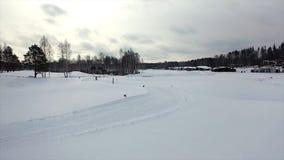 Φυλή σκι στη διαδρομή το χειμώνα footage Τοπ άποψη των ανταγωνιστικών επαγγελματικών σκιέρ στα ζωηρόχρωμα κοστούμια που οδηγούν σ στοκ εικόνα