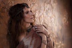 Φυλετικός χορευτής, όμορφη γυναίκα στο εθνικό ύφος σε ένα κατασκευασμένο υπόβαθρο στοκ φωτογραφίες με δικαίωμα ελεύθερης χρήσης