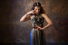 Φυλετικός χορευτής, όμορφη γυναίκα στο εθνικό ύφος σε ένα κατασκευασμένο υπόβαθρο στοκ εικόνα με δικαίωμα ελεύθερης χρήσης