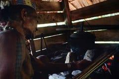 Φυλετικό παλαιότερο Toikot που ξεραίνει τα δηλητηριασμένα βέλη πέρα από την πυρκαγιά στο rainfor του στοκ εικόνες με δικαίωμα ελεύθερης χρήσης