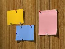 Φυλλάδια σε έναν ξύλινο τοίχο Στοκ φωτογραφία με δικαίωμα ελεύθερης χρήσης