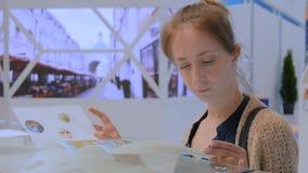 Φυλλάδιο διαφημίσεων ανάγνωσης γυναικών απόθεμα βίντεο