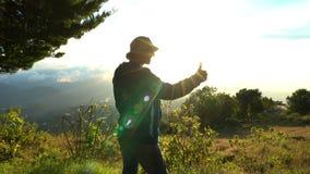 Φυλλομετρεί το επάνω πεζοποριες άτομο ευτυχές και θετικό στο πεζοπορώ στο βουνό Να πραγματοποιήσει οδοιπορικό παρουσιάζοντας σημά απόθεμα βίντεο