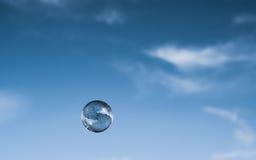 Φυσαλίδα που επιπλέει ενάντια στο μπλε ουρανό Στοκ Εικόνες