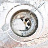 Φυσαλίδες απορρυπαντικού ή σαπουνιών που πηγαίνουν κάτω από την καταβόθρα Στοκ Φωτογραφίες