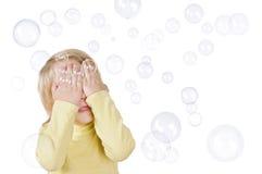 Φυσαλίδες μικρών παιδιών και σαπουνιών Στοκ φωτογραφίες με δικαίωμα ελεύθερης χρήσης