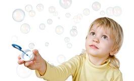 Φυσαλίδες μικρών παιδιών και σαπουνιών Στοκ φωτογραφία με δικαίωμα ελεύθερης χρήσης