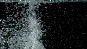 Φυσαλίδες που ανέρχονται στην επιφάνεια στα μαύρα υπόβαθρα κίνηση αργή φιλμ μικρού μήκους