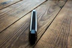 Φυσαρμόνικα στο ξύλινο υπόβαθρο Στοκ εικόνα με δικαίωμα ελεύθερης χρήσης