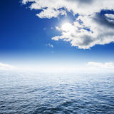 Φυσαλίδα και μπλε ουρανός νερού Στοκ εικόνες με δικαίωμα ελεύθερης χρήσης