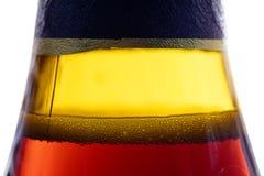 Φυσαλίδες στο bootle της σκοτεινής μπύρας μπύρας Στοκ Εικόνες