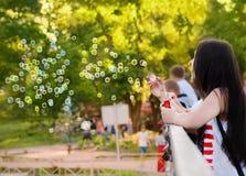 Φυσαλίδες χτυπήματος κοριτσιών στο flashmob που αφιερώνεται στην ημέρα των παιδιών Στοκ Εικόνες