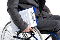 Φυσικά ανάπηρος επιχειρηματίας στην αναπηρική καρέκλα περιοχή αποκομμάτων εκμετάλλευσης με τη σύμβαση Στοκ Εικόνες