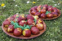 Φυσικά βαμμένα αυγά Πάσχας που χρωματίζονται με τα δέρματα κρεμμυδιών Στοκ Εικόνα
