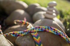 Φυσικά βραχιόλια της φιλίας σε μια σειρά, ζωηρόχρωμα υφαμένα βραχιόλια φιλίας, υπόβαθρο, χρώματα ουράνιων τόξων, ελεγμένο σχέδιο Στοκ φωτογραφία με δικαίωμα ελεύθερης χρήσης