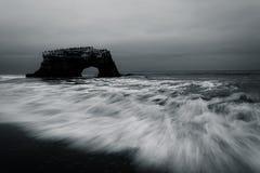 Φυσικά γέφυρα και κύματα στο Ειρηνικό Ωκεανό Στοκ Εικόνες