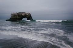 Φυσικά γέφυρα και κύματα στο Ειρηνικό Ωκεανό Στοκ φωτογραφία με δικαίωμα ελεύθερης χρήσης