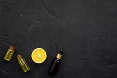 Φυσικά καλλυντικά που τίθενται με το φρέσκο λεμόνι και το οργανικό έλαιο στη μαύρη χλεύη άποψης υποβάθρου τοπ επάνω Στοκ Εικόνα