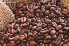 Φυσικά καφετιά ψημένα φασόλια καφέ κινηματογραφήσεων σε πρώτο πλάνο burlap στοκ εικόνα με δικαίωμα ελεύθερης χρήσης