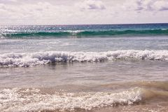 φυσικά κύματα σύστασης θάλασσας σχεδίου έργου τέχνης λευκό σύννεφων μπλε ύδωρ Στοκ φωτογραφία με δικαίωμα ελεύθερης χρήσης