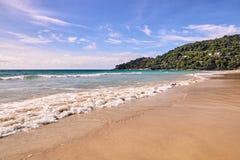 φυσικά κύματα σύστασης θάλασσας σχεδίου έργου τέχνης μπλε ουρανός Φωτεινή άμμος πράσινα δέντρα Στοκ Φωτογραφίες