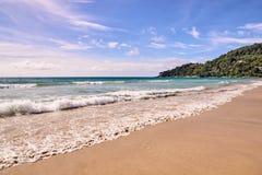 φυσικά κύματα σύστασης θάλασσας σχεδίου έργου τέχνης μπλε ουρανός Φωτεινή άμμος πράσινα δέντρα Στοκ εικόνα με δικαίωμα ελεύθερης χρήσης