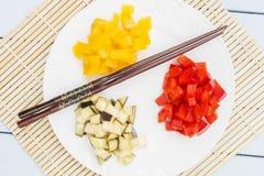 Φυσικά λαχανικά στο χαλί μπαμπού Ingridients για τη σαλάτα ή τα πιάτα Κινεζική και ιαπωνική έννοια κουζινών Τοπ όψη Στοκ εικόνα με δικαίωμα ελεύθερης χρήσης