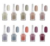 Φυσικά μπουκάλια στιλβωτικής ουσίας καρφιών χρωμάτων ματ και καρφιά δειγμάτων, που απομονώνονται στο άσπρο υπόβαθρο, πορείες ψαλι απεικόνιση αποθεμάτων