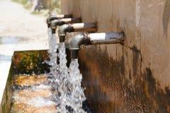 Φυσικά νερά πηγής που ρέουν από 4 σωλήνες στοκ φωτογραφία με δικαίωμα ελεύθερης χρήσης