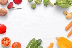 Φυσικά οργανικά λαχανικά σε έναν άσπρο πίνακα κουζινών με το διάστημα για την προσθήκη του κειμένου στοκ φωτογραφίες
