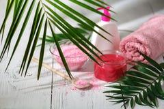 Φυσικά οργανικά προϊόντα λουτρών πετσέτα, σαπούνι, μπουκάλι σαμπουάν και λ Στοκ Φωτογραφία