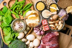 Φυσικά προϊόντα και συστατικά που περιέχουν το σελήνιο, την τροφικά ίνα και τα μεταλλεύματα, έννοια της υγιούς διατροφής στοκ φωτογραφίες