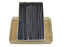 Φυσικά ραβδιά ξυλάνθρακα στο εκλεκτής ποιότητας κουτί από χαρτόνι Απομονωμένος, πορεία ψαλιδίσματος Στοκ φωτογραφίες με δικαίωμα ελεύθερης χρήσης