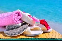 Φυσικά σφουγγάρια λουτρών, παντόφλες λουτρών, ελαφρόπετρα και πετσέτα ενάντια στο BL Στοκ Εικόνες