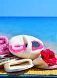 Φυσικά σφουγγάρια λουτρών, παντόφλες λουτρών, ελαφρόπετρα και πετσέτα ενάντια στο BL Στοκ Εικόνα