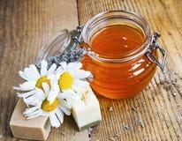 Φυσικά χειροποίητα σαπούνια με το μέλι, lavender και chamomile Στοκ εικόνα με δικαίωμα ελεύθερης χρήσης