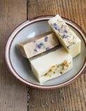 Φυσικά χειροποίητα σαπούνια με το μέλι, lavender, chamomile και την αίγα μ Στοκ εικόνα με δικαίωμα ελεύθερης χρήσης